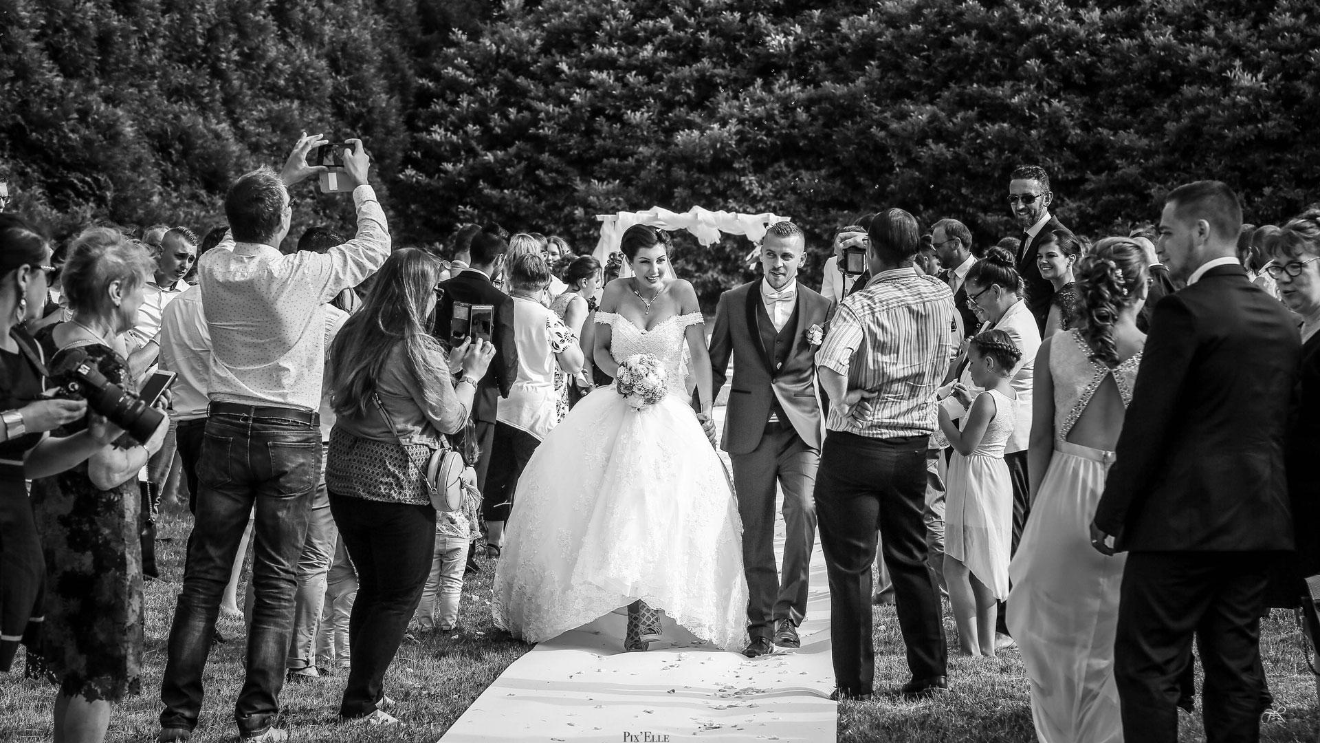 Les mariés à la sortie de la cérémonie laïque Perfect Moment by A Wedding planner Reims