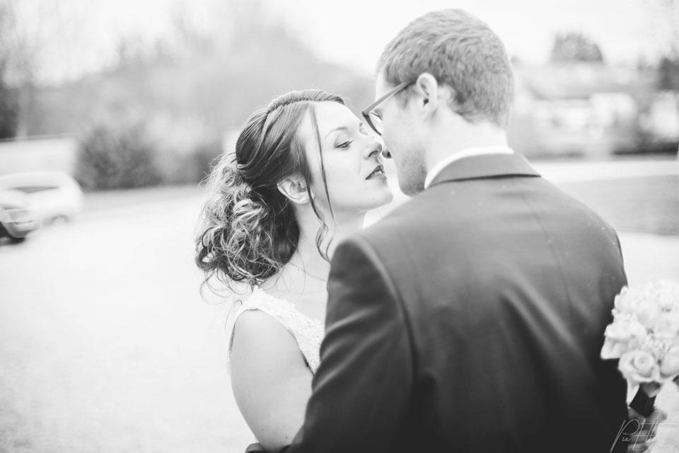 Jeunes mariés bisou