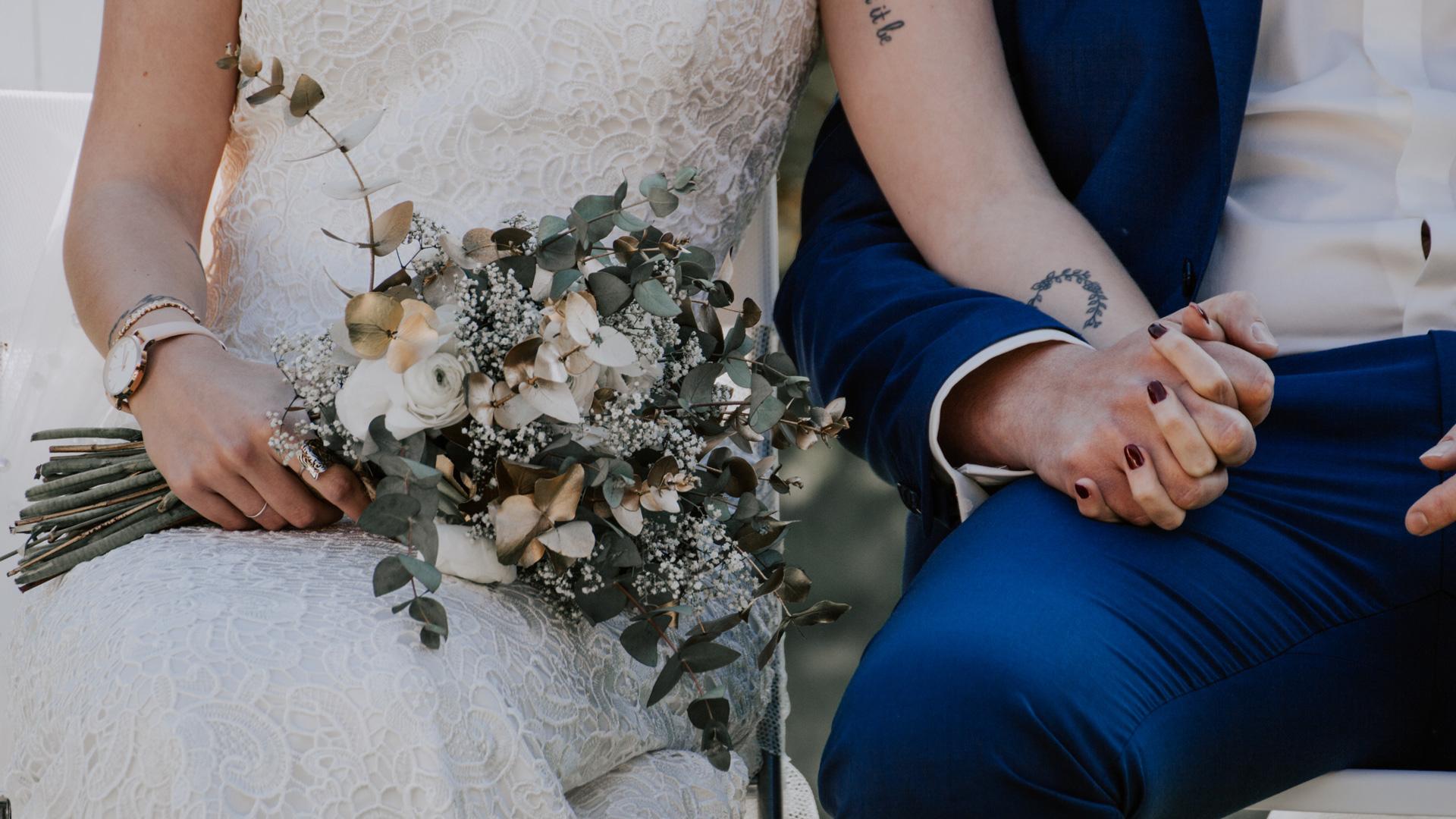 Mariés tenir main et bouquet Perfect Moment by A Wedding planner Reims