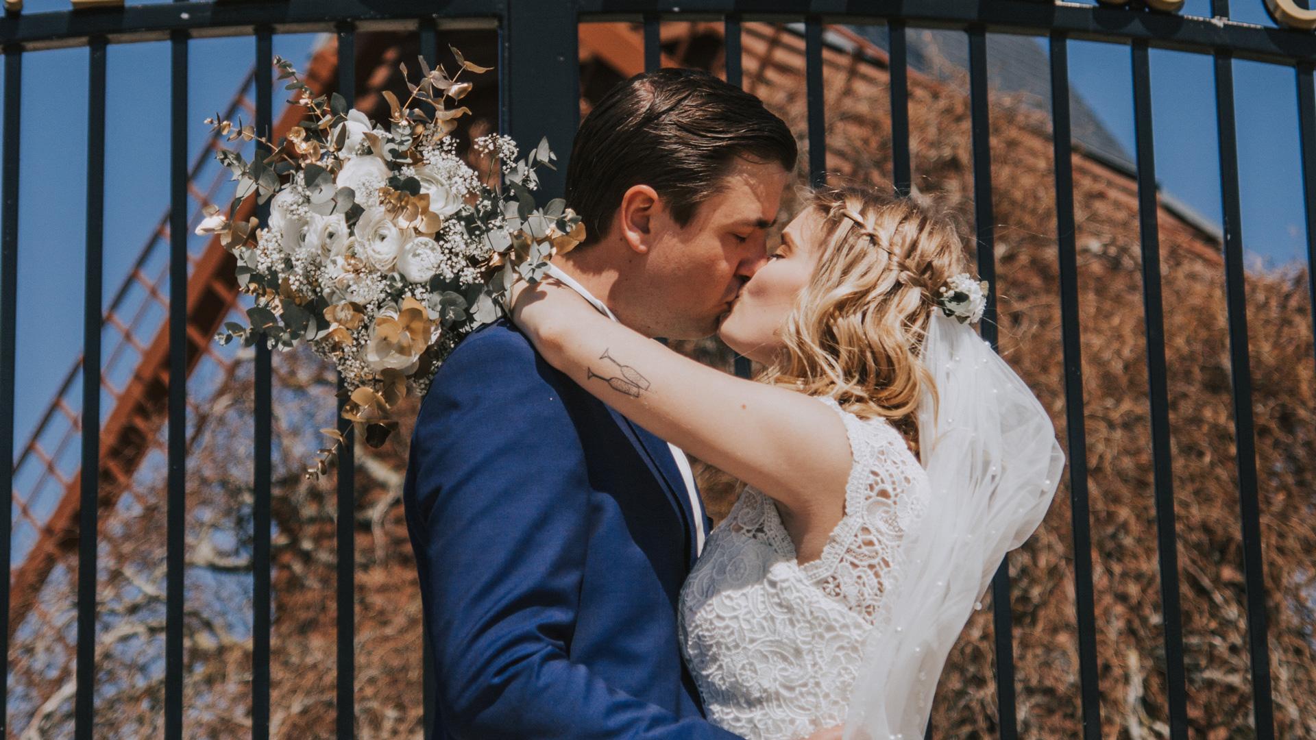 Les mariés s'embrassant Perfect Moment by A Wedding planner Reims