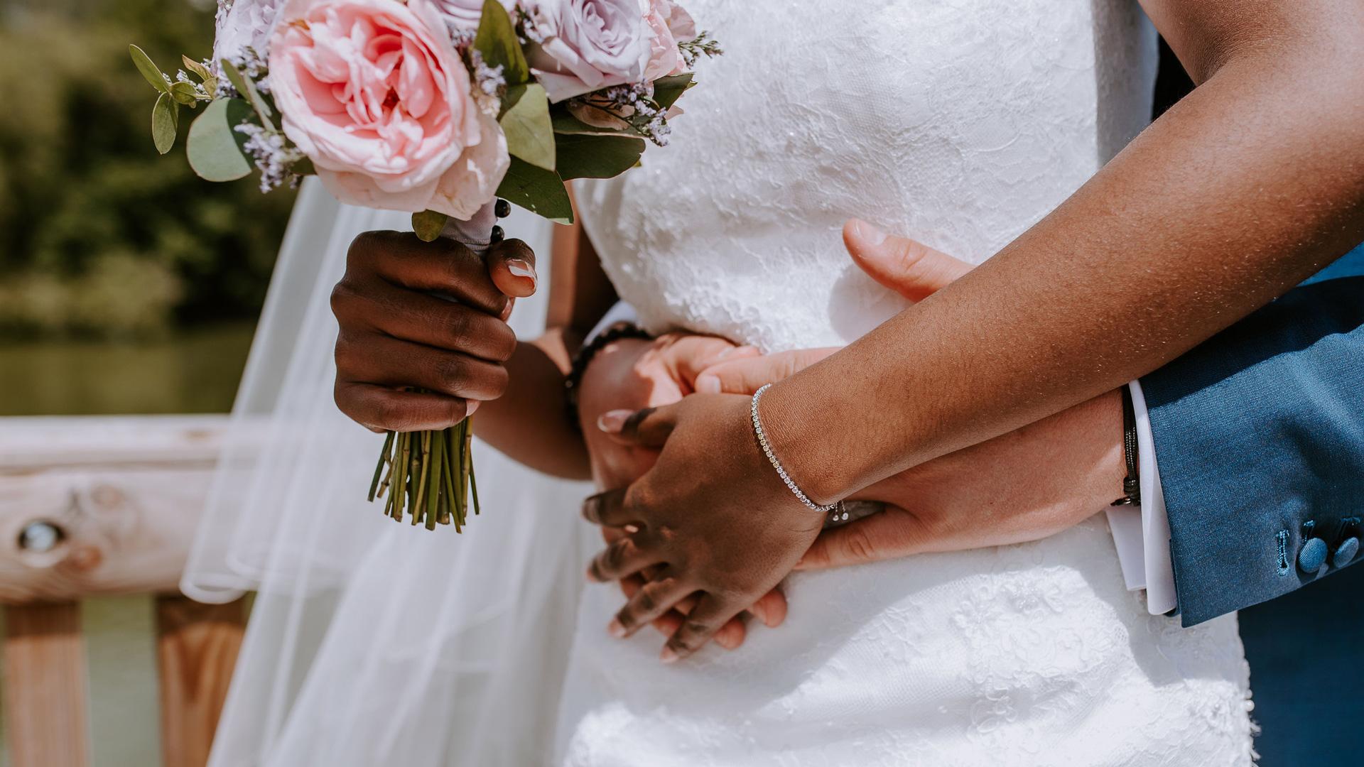 Les mains des mariés Perfect Moment by A Wedding planner Reims