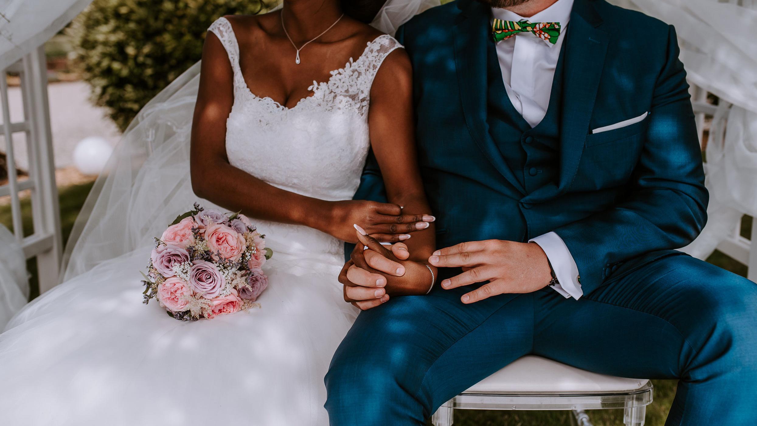 Cérémonie laïque les mariés assis mains dans la mains Perfect Moment by A Wedding planner Reims