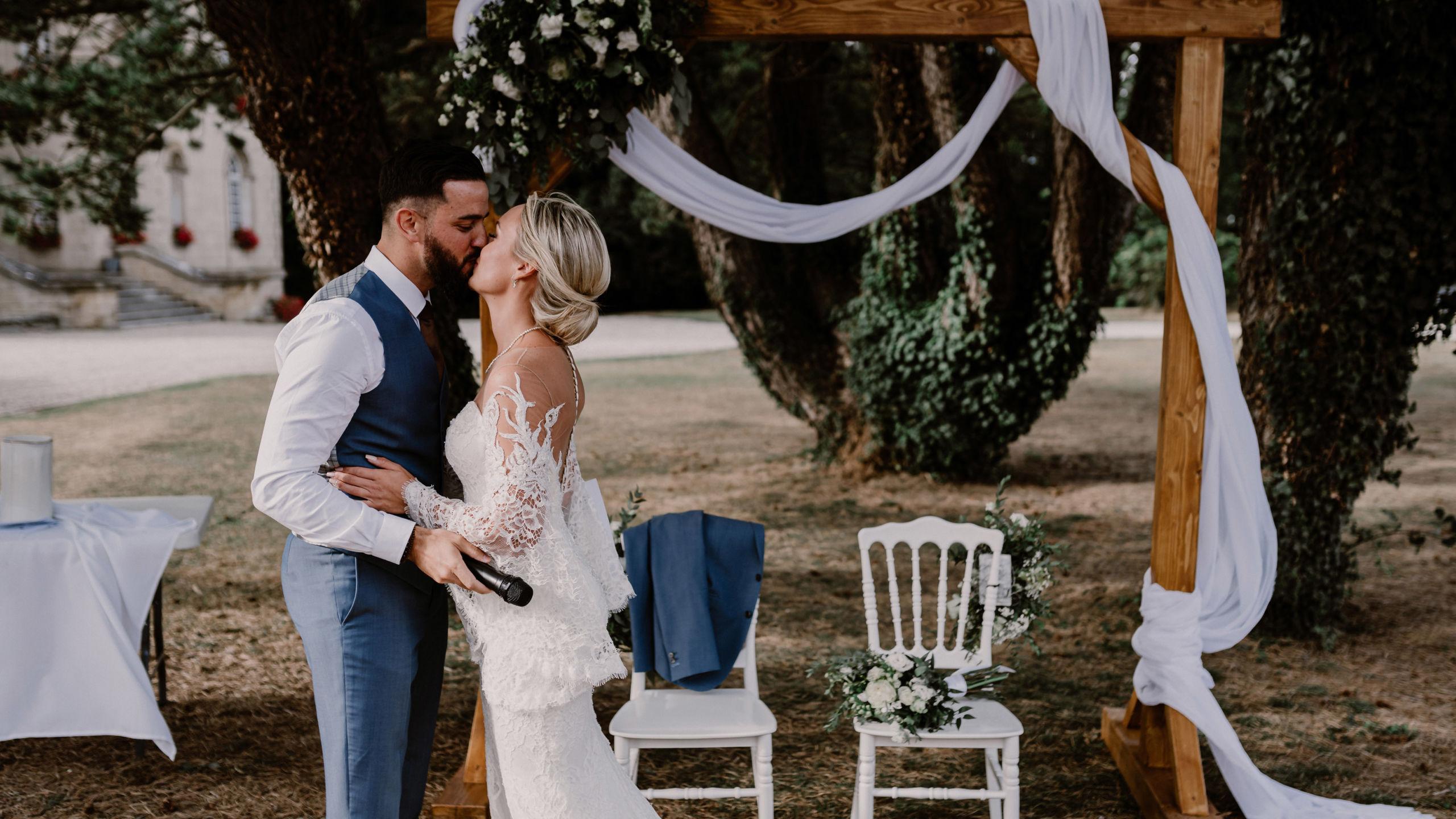 Les mariés à la cérémonie laïque entrain de s'embrasser - Perfect Moment by A - Wedding-Planner Reims