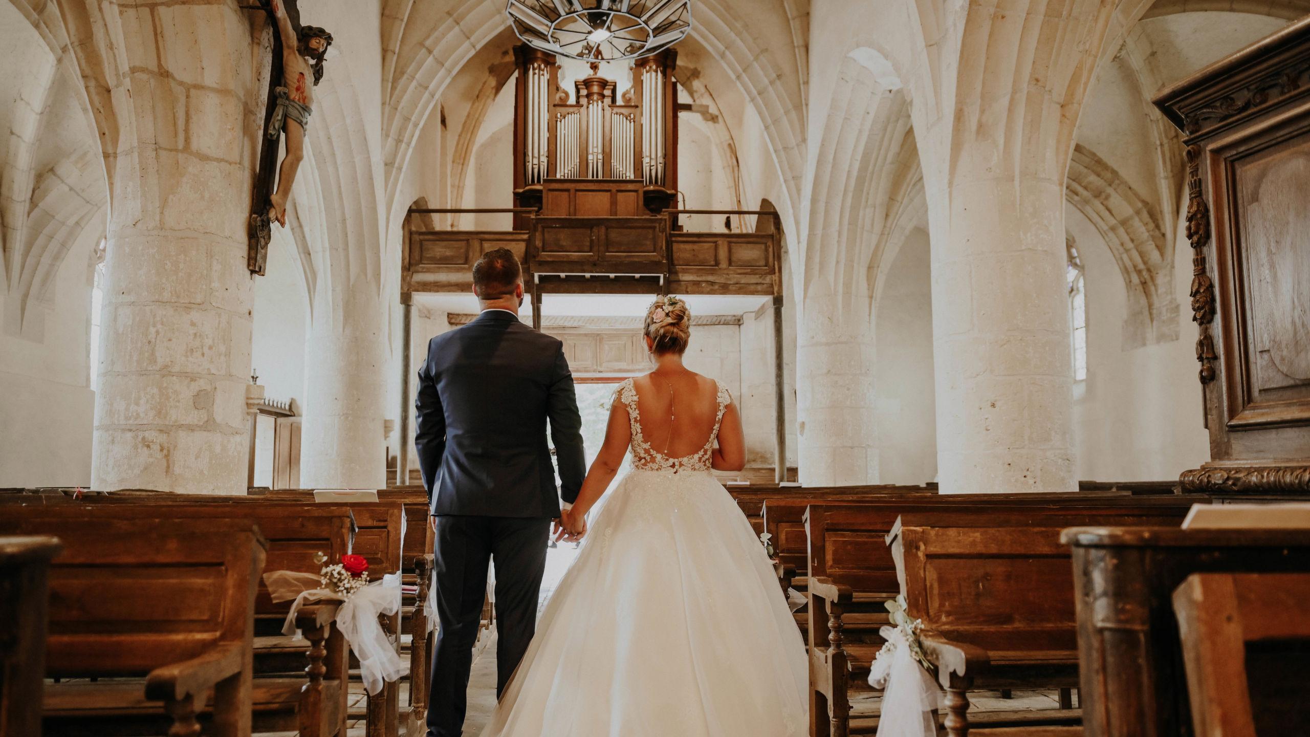 Les mariés sortant de l'église lors de leur cérémonie religieuse - Perfect Moment by A - Wedding-Planner Reims