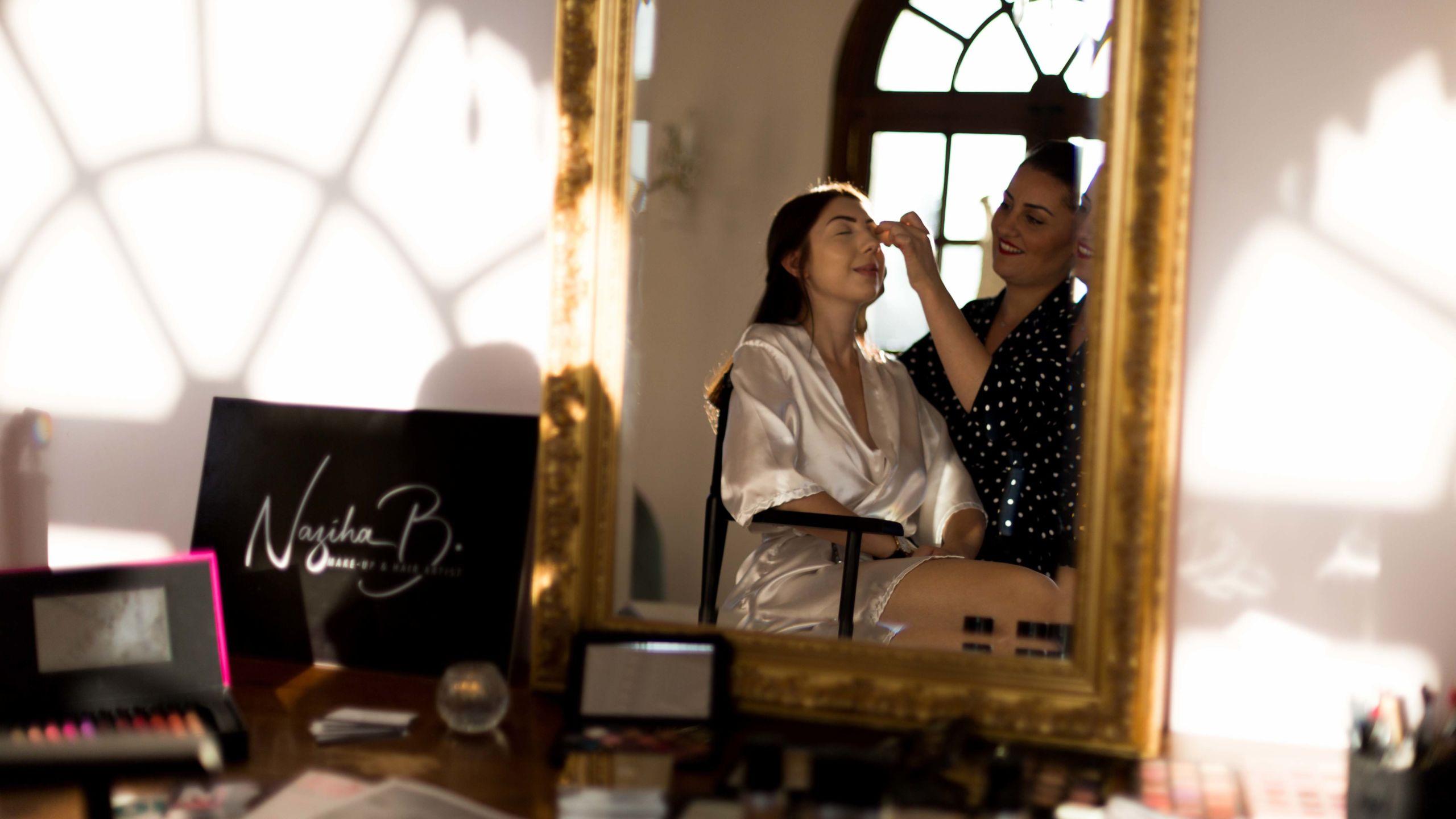 Naziha Make-up artist entrain de maquiller un modèle - Wedding Planner Reims - Perfect Moment by A