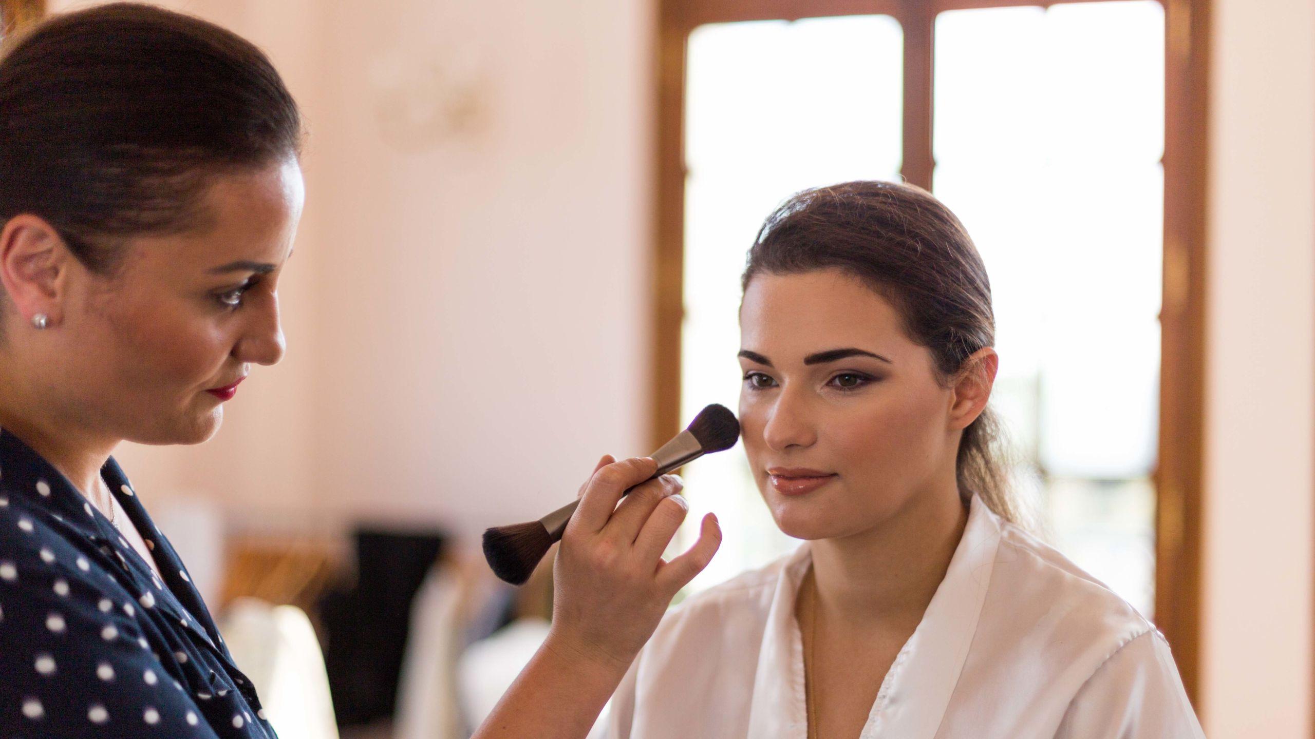Naziha entrain de maquillée un modèle - Wedding Planner Reims - Perfect Moment by A