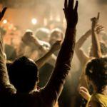 Personnes de dos entrain de faire la fête, de danser - Wedding Planner Reims - Perfect Moment by A